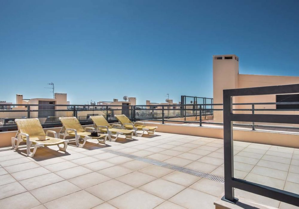 Plenty-of-sunloungers-to-choose-from-to-soak-up-that-Algarve-sunshine