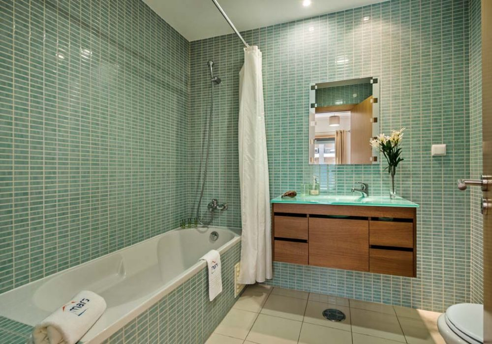 Stunning-en-suite-bathroom-with-a-full-size-bath